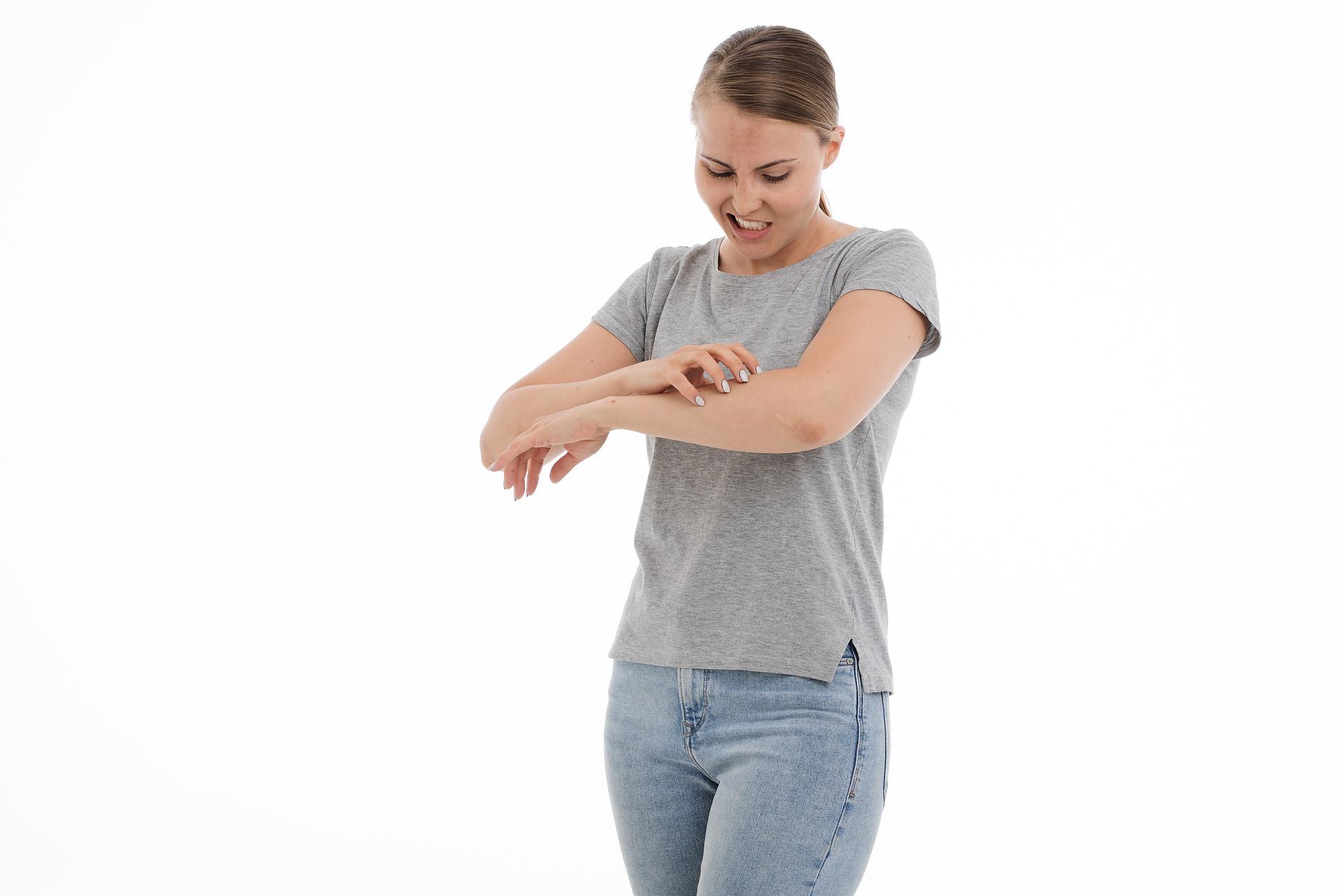 Viete, aké sú príznaky psoriázy (lupienky), ako ju liečiť a aká je prevencia? Overené doktorom.
