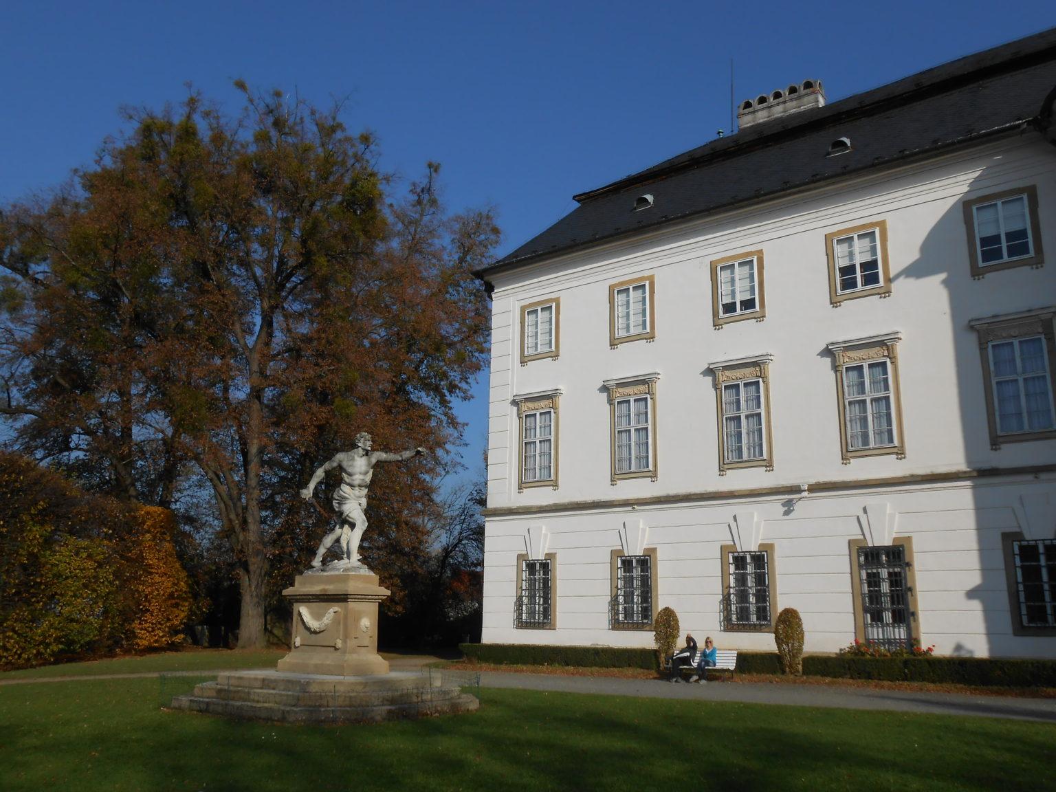 Zámek Vizovice – bohaté interiéry a romantický park zvou k návštěvě
