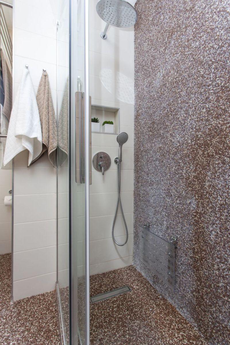 Kamenný koberec sprchový kout