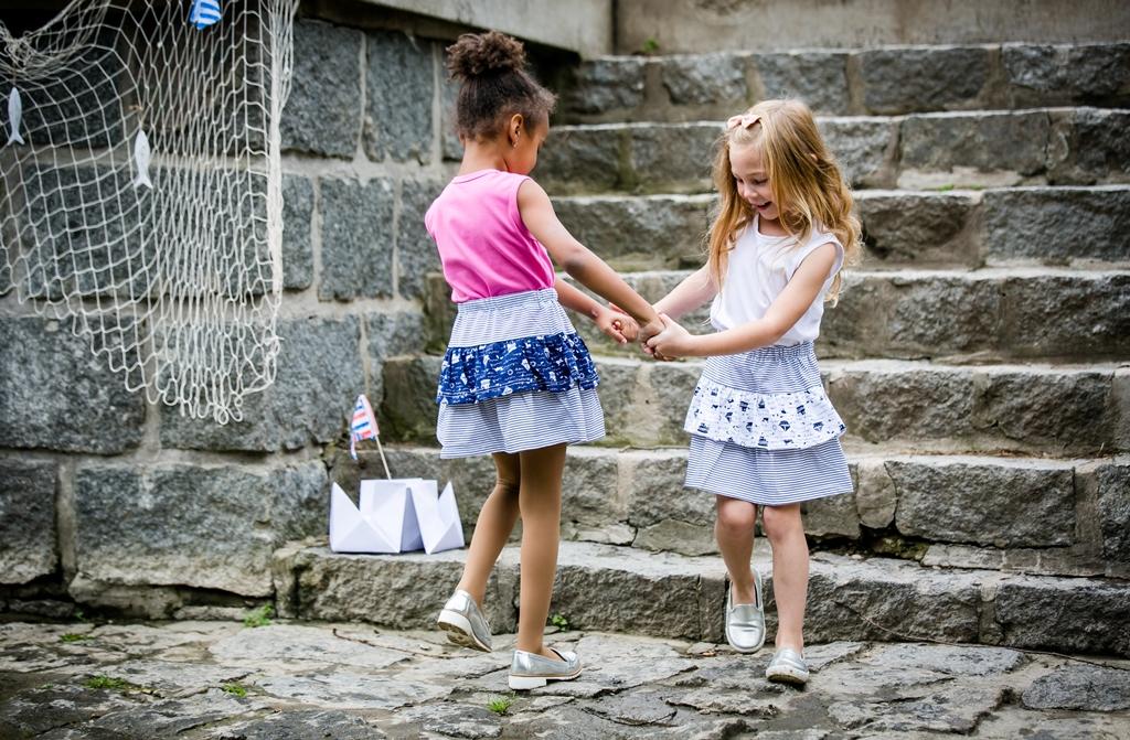 Dívčí sukně je střihu A, bez kapes. Sukýnka je nabíraná a vyrobená z kvalitního bavlněného úpletu. V pase má sukně 4 cm měkkou gumu. Máme ve všech dětských velikostech. Můžete kombinovat i s našimi dívčími legínami.