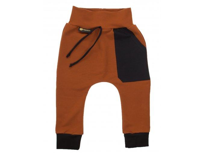 Kojenecké tepláčky se sníženým sedem Kangaroo.Hořčicové tepláčky s čenou kapsou a čenou ozdobnou tkaničkou v pase.Pružné náplety v pase a na nohavicích.Stylové a moderní oblečení pro děti a kojence. Pro miminka.