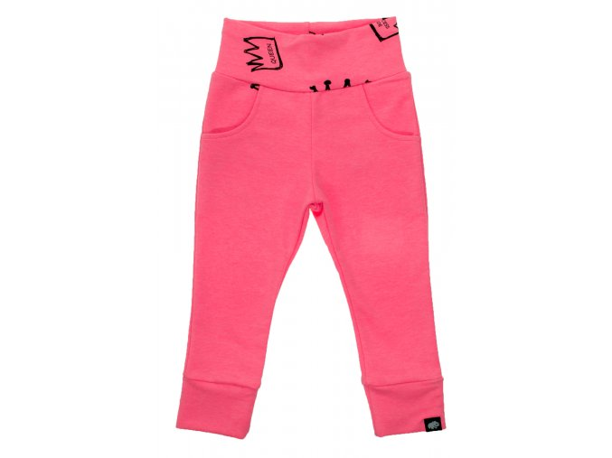 Oblečení pro miminka, kojenecké polodupačky Queen. Dětské tepláky pro miminka v neonově růžové barvě. Pohodlné a příjemné tepláčky legínového střihu, který perfektně sedí. Moderní střihy z Hippokids (1)
