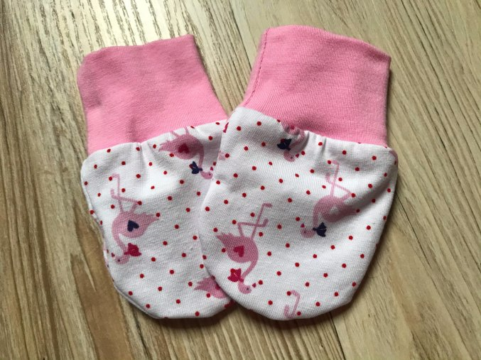 Kojenecké rukavice pro miminka Plameňák. Bavlněné dívčí rukavice. Bavlněné růžové náplety. Rukavice proti škrábání. Pro děti a kojence. Oblečení pro miminka. Oblečení pro děti.