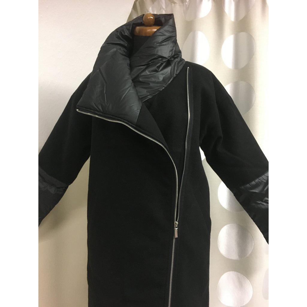 Černý kabát flauš