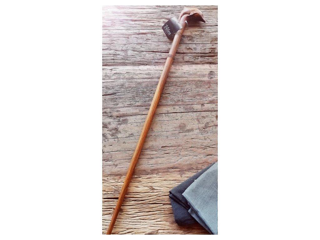 Dřevěná vyřezávaná hůl