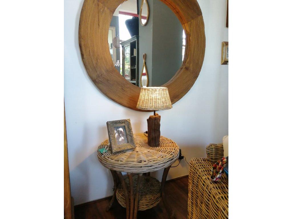 Dřevěná lampa vyřezávaná