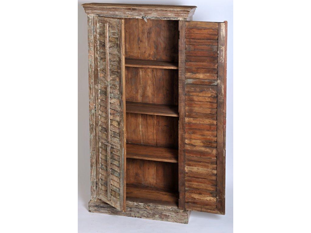 Dřevěná skříň s patinou (3)