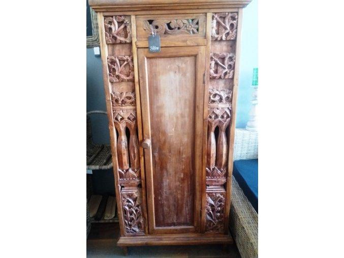 Dřevěná skříň vyřezávaná 005