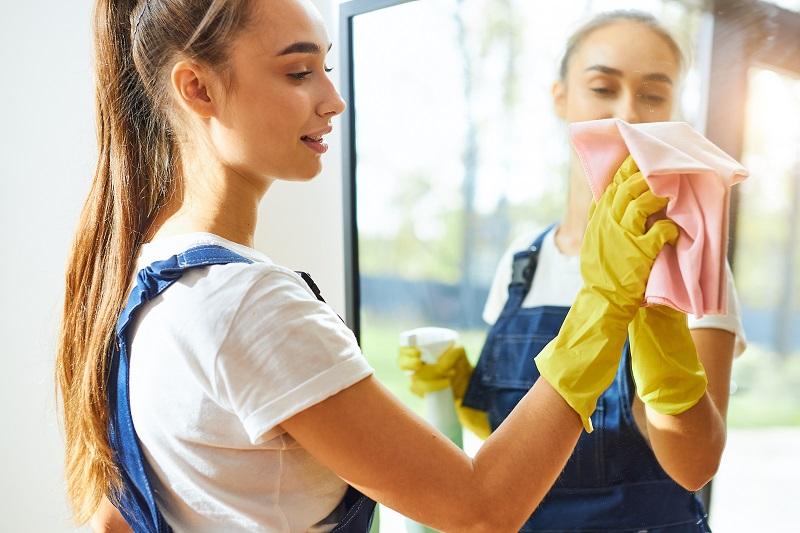 Jak vyčistit zrcadlo? Několik tipů, které na šmouhy skutečně fungují