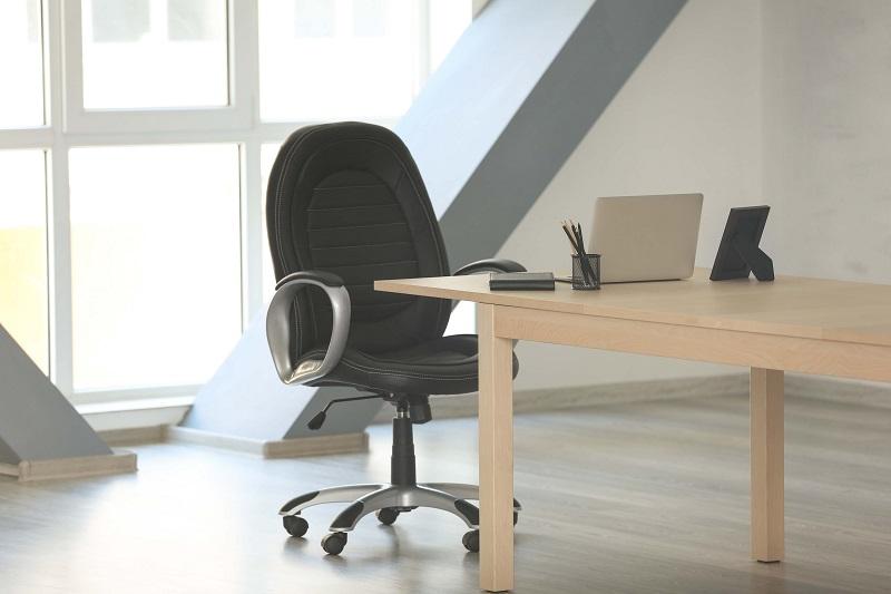 Jak vybrat kancelářskou židli, aby vás po celodenním sezení nebolela záda
