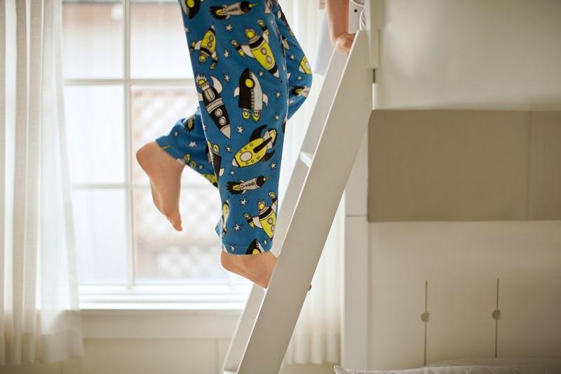 Je do dětského pokoje lepší klasická postel, nebo patrová palanda?