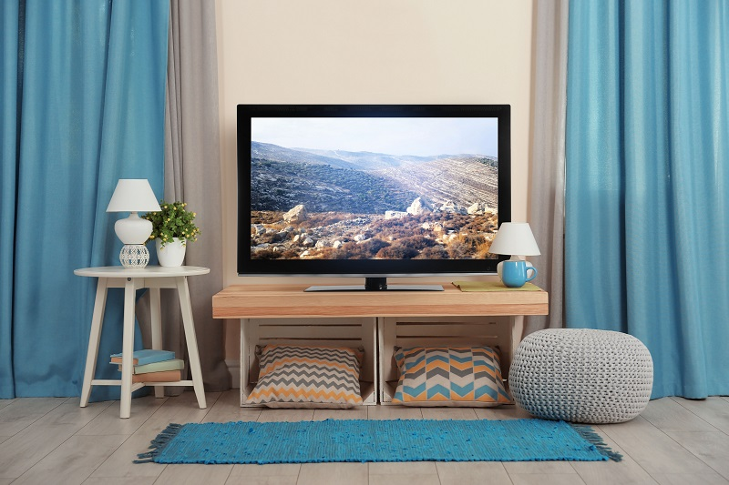 Na co myslet při výběru skříňky pod televizi? Roli hraje i umístění obrazovky