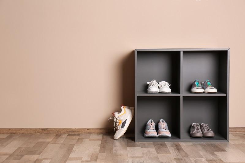 Designový šedý botník u stěny