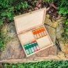 Malá dřevěná krabička a malé pružné zásobníky