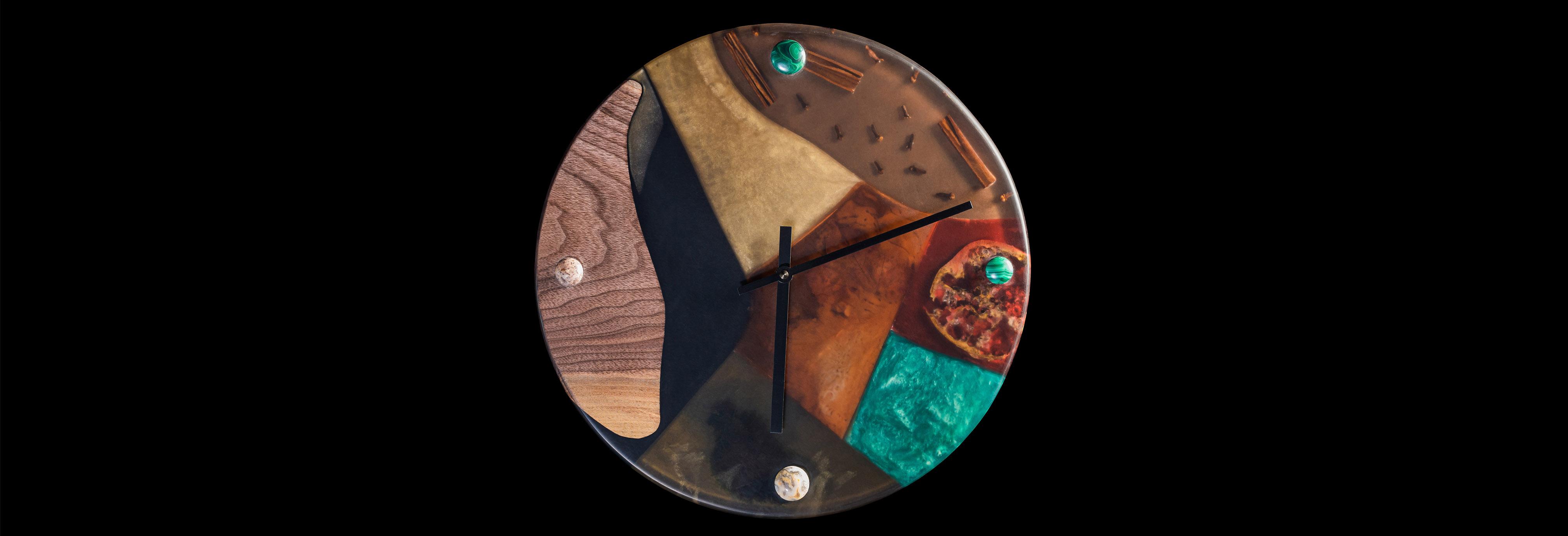 Nástěnné hodiny ze dřeva a epoxidu