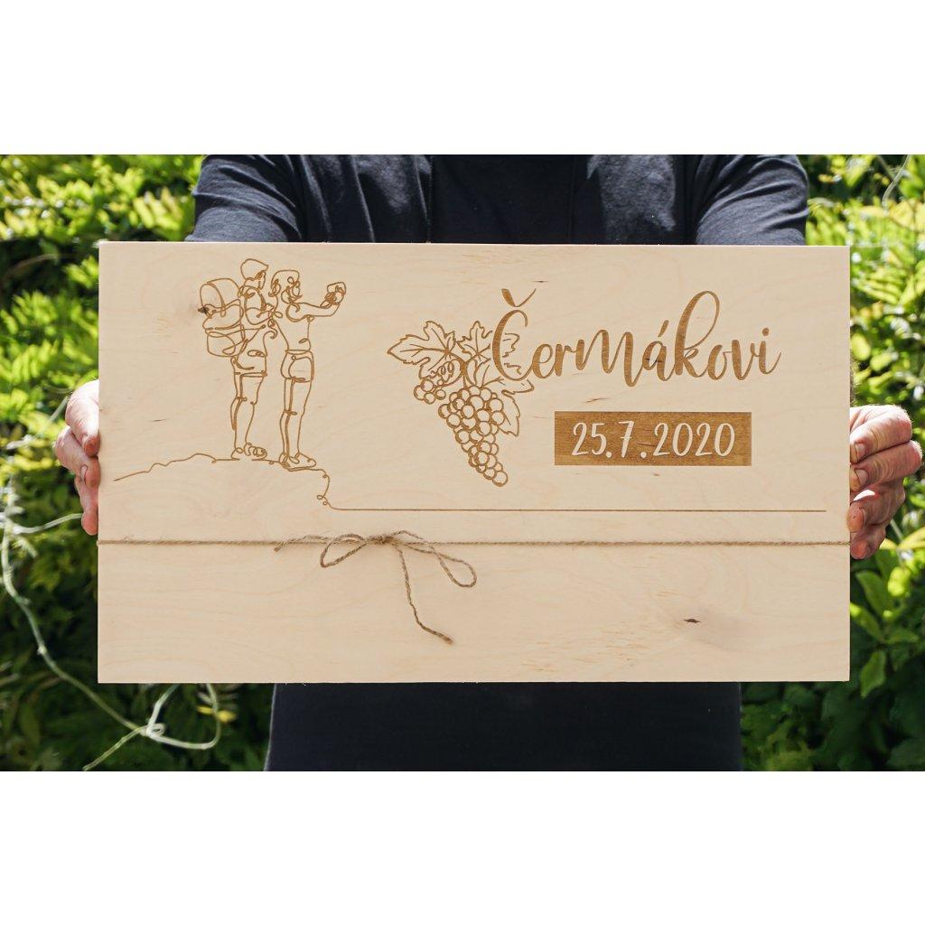 Dřevěná deska se svatebním motivem