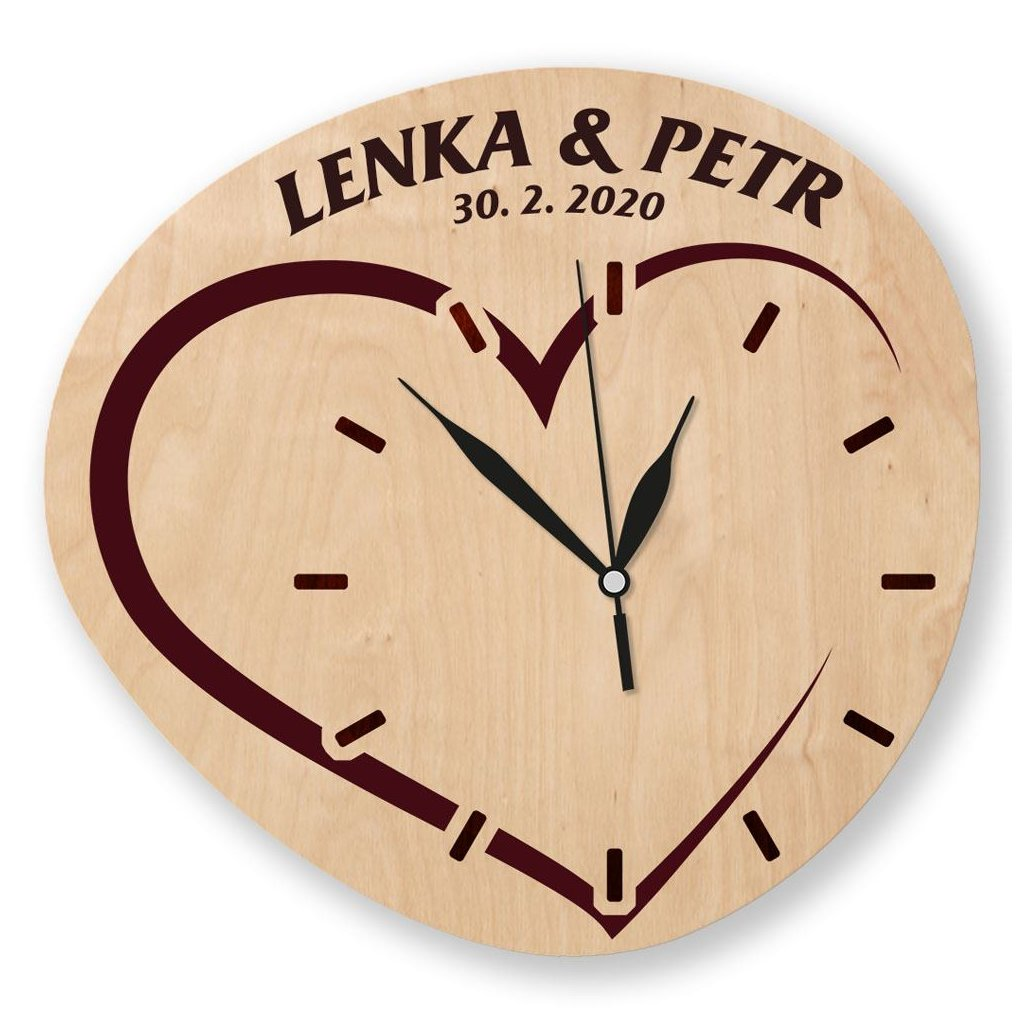 Dřevěné hodiny se svatebním motivem