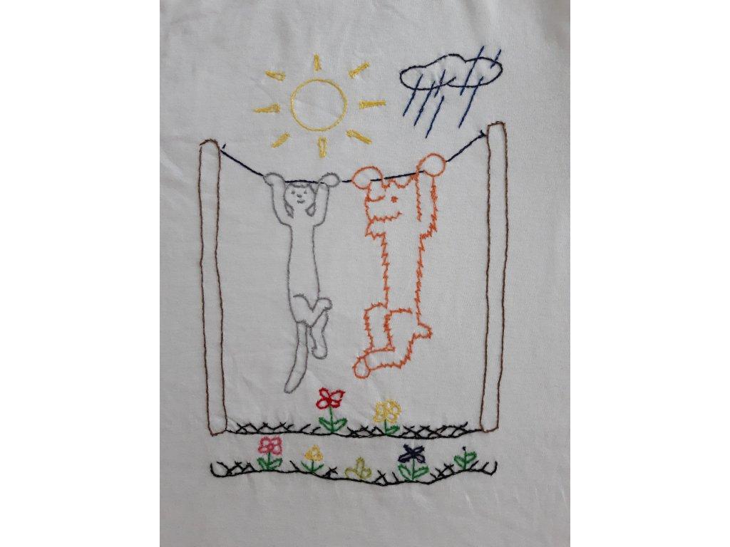 Ručně vyšívané dětské tričko vel. 122-128 - sušení prádla