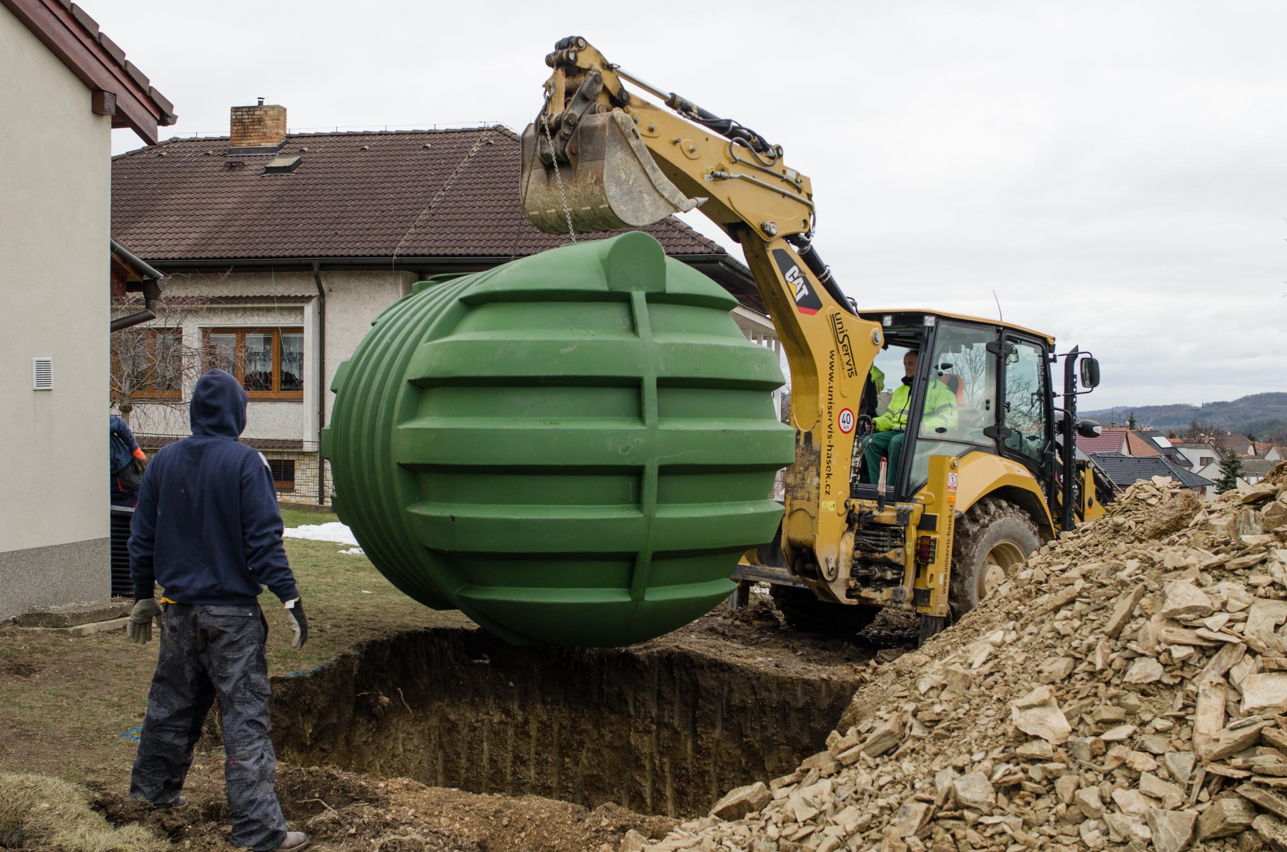 Instalace nádrže na dešťovou vodu pro zálivku zahrady