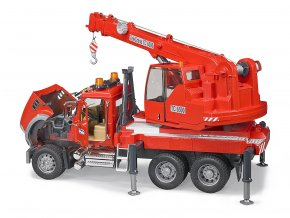 BRUDER 2826 Autojeřáb MACK Granite, stavební jeřáb s majákem