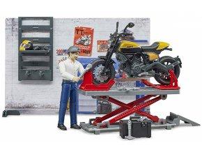 BRUDER 62102 Motodílna s figurkou mechanika a motorkou Ducati Scrambler