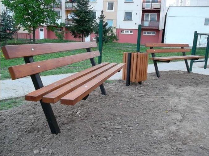 Masivní lavice s kovovou konstrukcí .