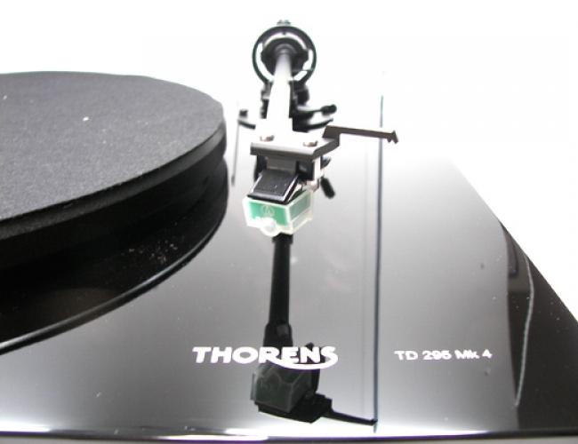 Thorens TD 295 Mk IV Barevné provedení: černé lesklé