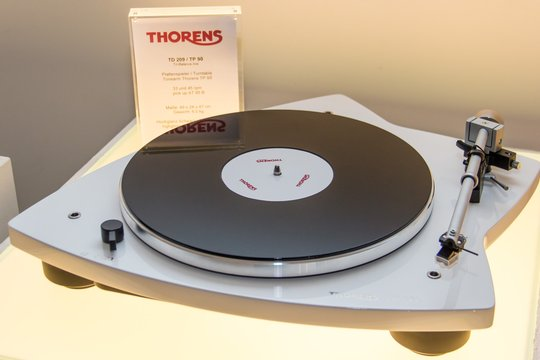 Thorens TD 209 Barevné provedení: červené