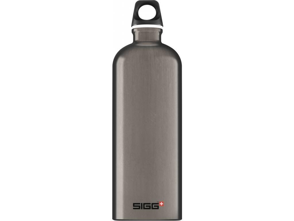 SIGG Fľaša Traveller Smoked Pearl - kovové fľaše na vodu SIGG