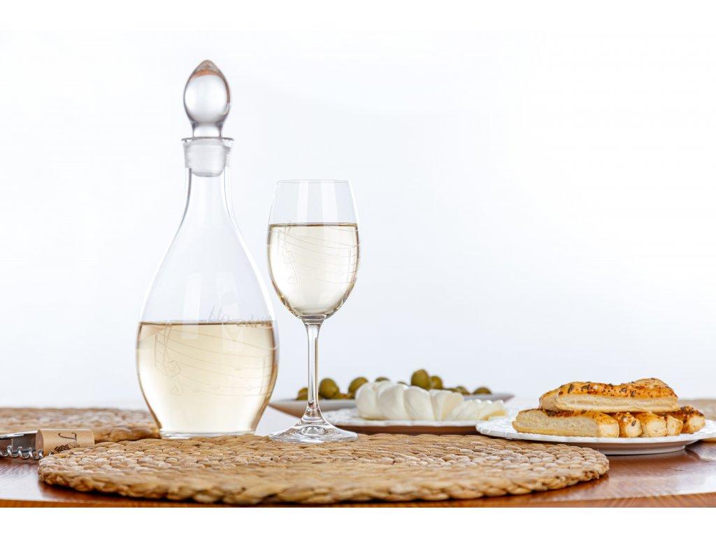karafa na víno hudbní s notami a partiturou