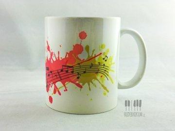 barevný hrnek s notami