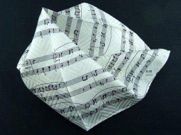 hedvábný kapesník s partirurou bílý