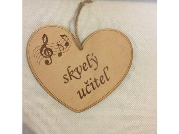 Dřevěné srdce s partiturou Skvelý učiteľ