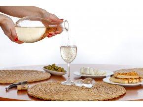 sklenice na bílé víno s partiturou, hudební dárek