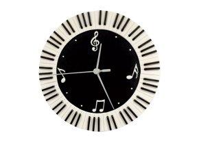 hodiny s notami a klaviaturou