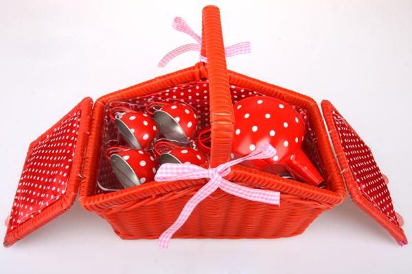 Kovové nádobí pro panenky v košíku