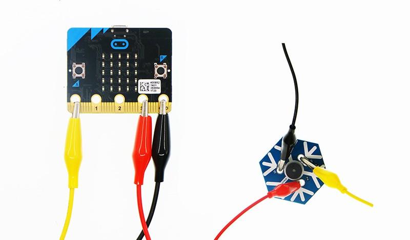 Příklad použití vodičů s krokodýly s micro:bit