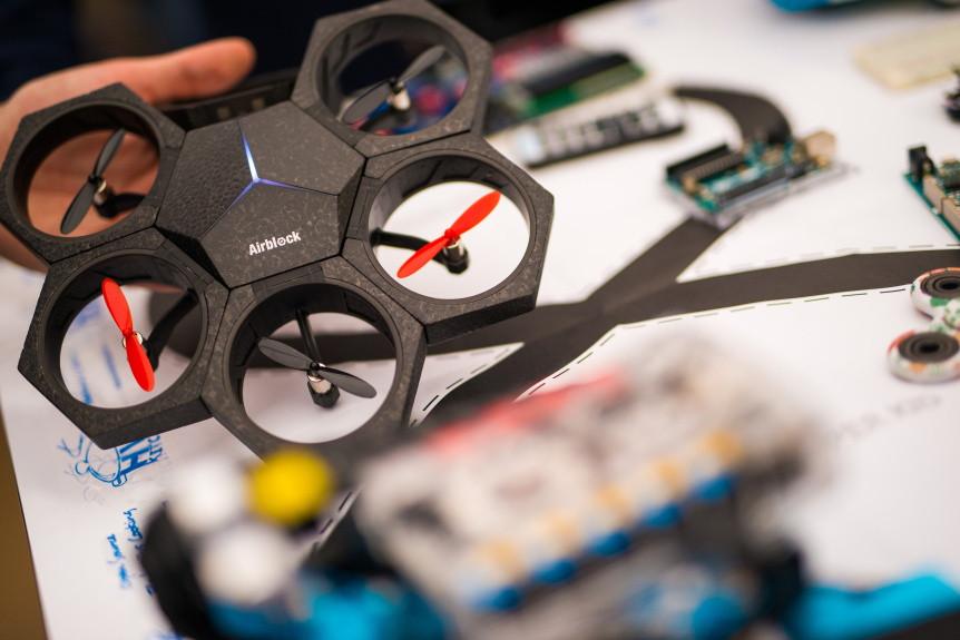 Modulární a programovatelný dron Airblock na Future Port Prague 2017