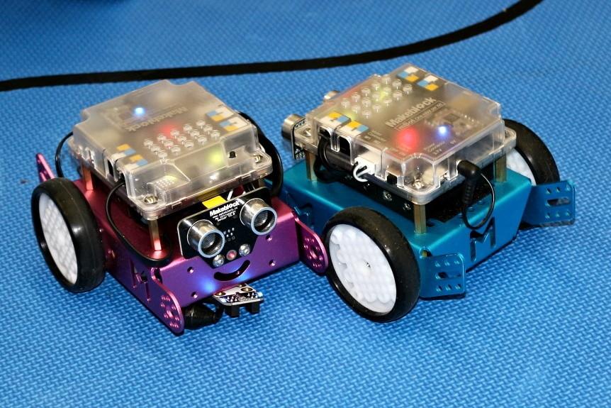 Roboti mBot tancují
