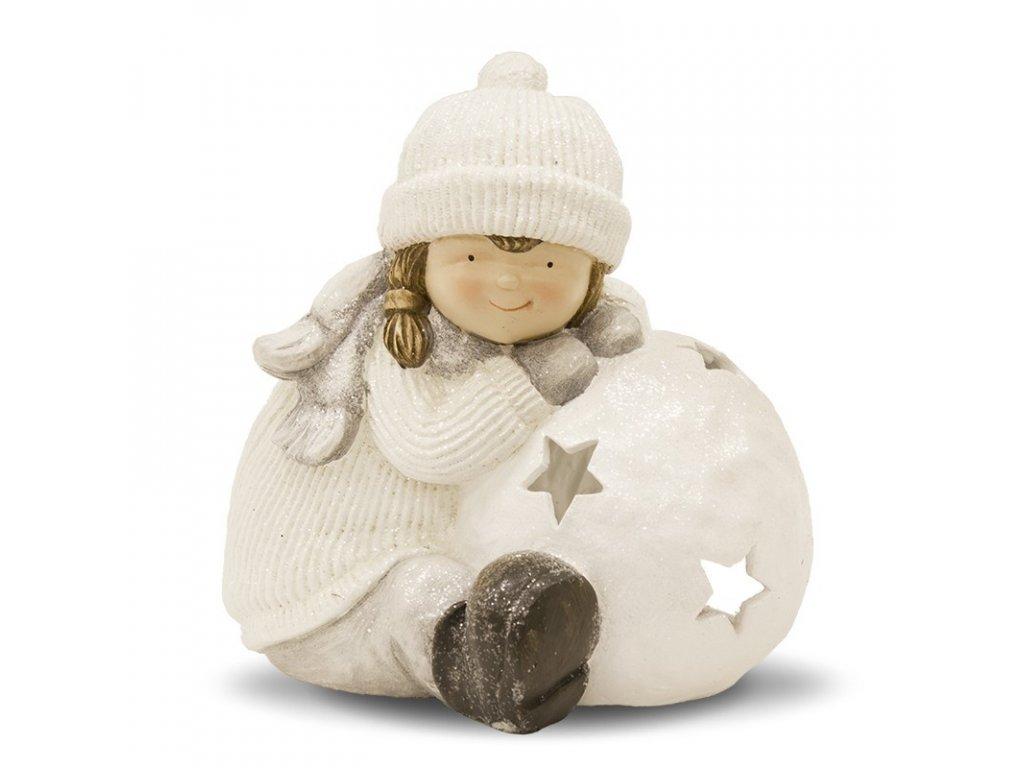 Holčička se sněhovou koulí