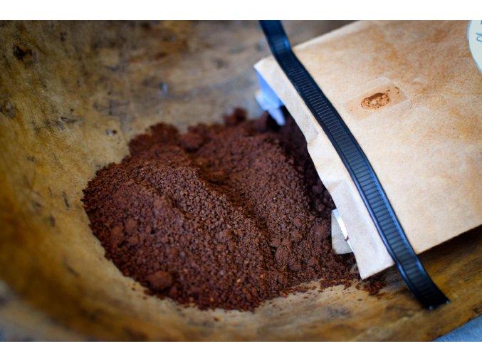 káva mletá zrna