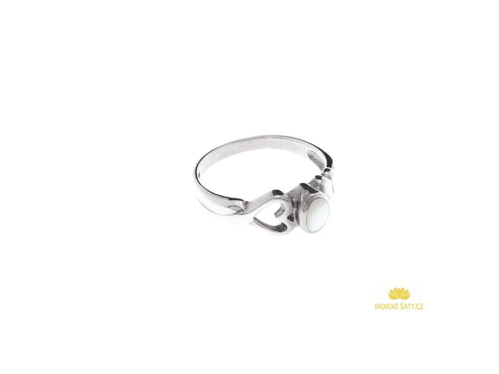 Stříbrný prsten s bílou perletí a srdíčkem
