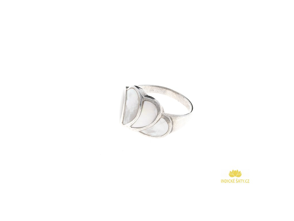 Stříbrný prsten s bílou perletí