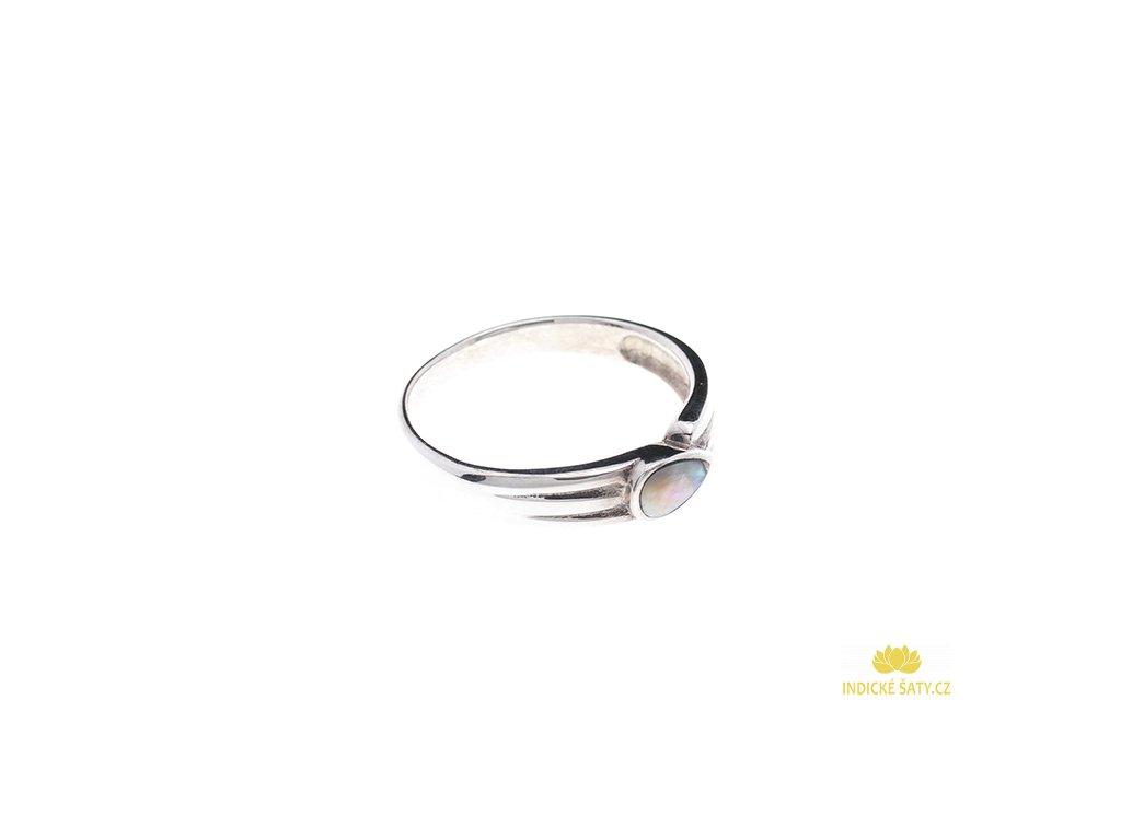 Stříbrný prsten Slzička s bílou perletí