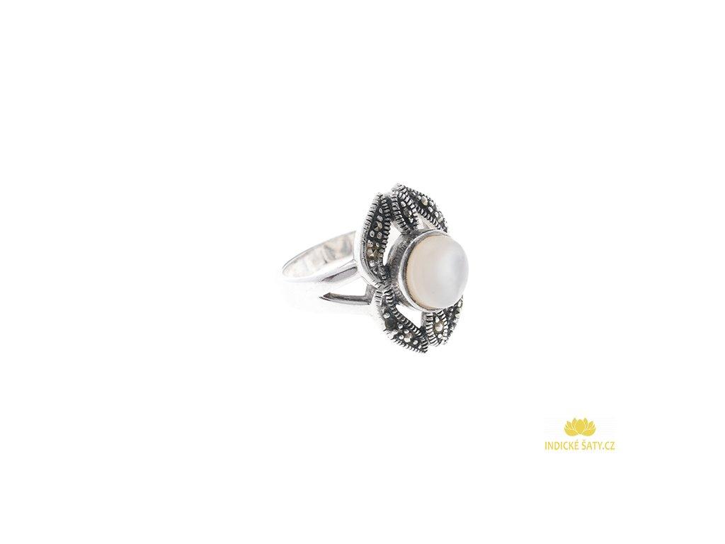 Stříbrný prsten s perletí a markazity