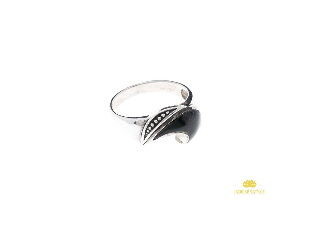 Stříbrný prsten s onyxem