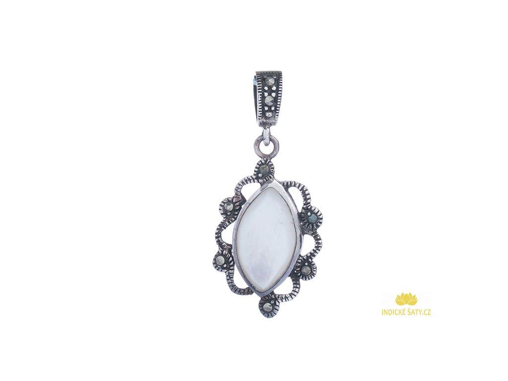 Stříbrný přívěšek vykládaný perletí a markazity