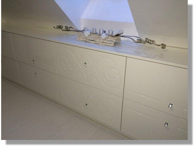 Koupelnové skříňky s ornamentem