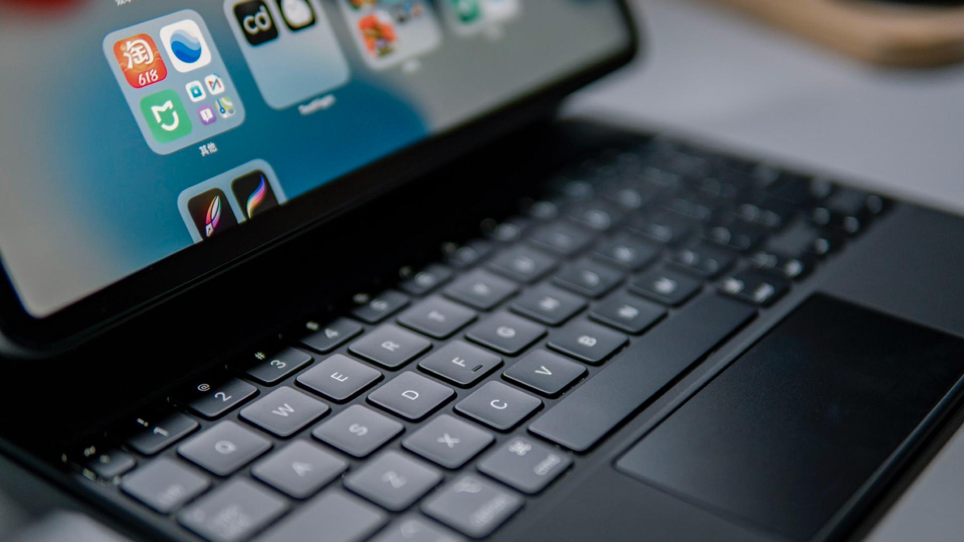 Tieto skratky na Magic Keyboard pre iPad by mal poznať každý