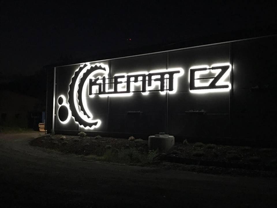 Klemat.CZ - osvětlení reklamního nápisu KLEMAT CZ